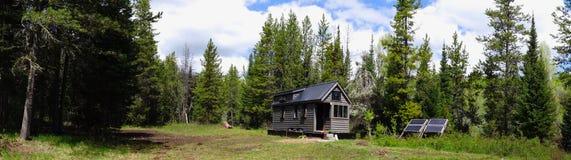 De casa minúscula de la rejilla en las montañas Fotos de archivo