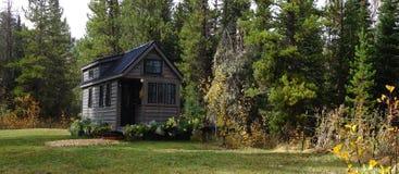 De casa minúscula de la rejilla en las montañas Imagenes de archivo
