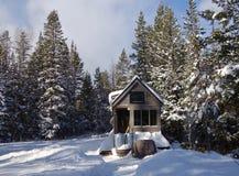 De casa minúscula de la rejilla en las montañas Foto de archivo libre de regalías