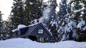 De casa minúscula de la rejilla en las montañas Fotos de archivo libres de regalías