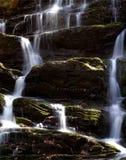 De cascade van de waterval met mos Stock Afbeeldingen