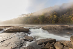 De cascades van de Tygartrivier over rotsen bij Vallei valt het Park van de Staat Stock Fotografie