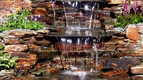 De cascadeschuine stand van het tuinwater neer stock videobeelden