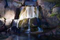 De cascadeswaterval in Sapokka-water tuiniert de Juni-nacht Kotka, Finland Royalty-vrije Stock Fotografie