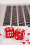 De casinospaanders, kaarten en dobbelt het stapelen op laptop Royalty-vrije Stock Foto
