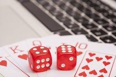 De casinospaanders, kaarten en dobbelt het stapelen op laptop Royalty-vrije Stock Foto's
