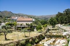 De Castelo Novo da vila rio de Alpreade de lado no pé de Serra da Estrela (Estrela Mouns) na província de Beira Baixa, Portugal Imagem de Stock