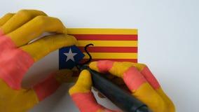 De Catalaanse handen schrijft JA op de Catalaanse vlag stock videobeelden