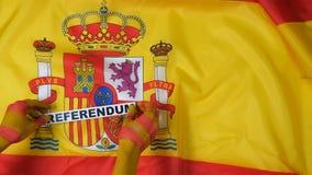 De Catalaanse handen zetten de kaart - referendum op de vlag van Spanje stock video