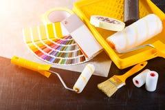 De catalogus, de borstel en de verfrollen van kleurensteekproeven, verschillende painti Stock Afbeelding