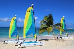 De catamaran van de Hobiekat klaar voor toeristen bij Bavaro-Strand in Punta Cana Royalty-vrije Stock Fotografie