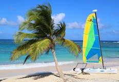 De catamaran van de Hobiekat klaar voor toeristen bij Bavaro-Strand in Punta Cana Stock Foto's