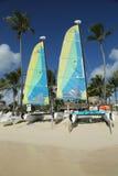 De catamaran van de Hobiekat klaar voor toeristen bij het Strand van Playa Bayahibe in La Romana Stock Fotografie