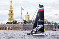 De catamaran van het Gazpromteam op Extreme het Varen Reeks handelt 5 catamaransras op 1th-1th-4 September 2016 in St. Petersburg Stock Fotografie