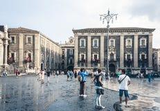 ? de Catania, Sicilia, Italia ?15 de agosto de 2018: gente en el cuadrado hist?rico de la ciudad, Piazza del Duomo cerca de la ca fotos de archivo libres de regalías