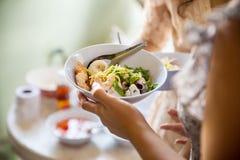 De Catering die van het voedselbuffet Etend Partij die Concept delen dineren stock foto's