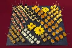 De catering van Canapes met fruit en kaas Stock Foto