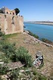 De $ce-andalusisch muur bij de rivier Bou Regret scheidt de stad van de Atlantische Oceaan rabat marokko stock foto's