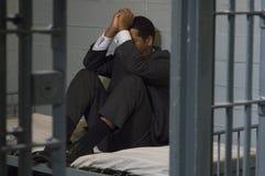 De Cel van zakenmansitting in prison stock foto