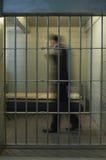 De Cel van zakenmanwalking in prison Stock Foto
