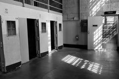 De cellen van de eenzame opsluiting in Alcatraz stock fotografie