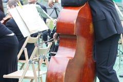 De cellist van de cellospeler in een vrij openluchtoverleg bij een openbaar park, musicus speelt cello stock afbeelding
