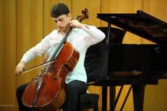 De cello van de spelenAntonio Stradivari van N.Hakhnazaryan Stock Foto's