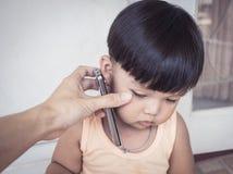 De celtelefoon van de mensenholding voor jong geitje Royalty-vrije Stock Fotografie