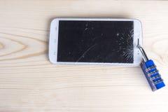 De celtelefoons met barsten zijn gesloten stock foto