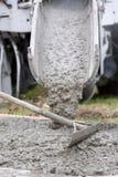 De cementvrachtwagen giet Stock Foto