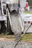 De cementvrachtwagen giet Royalty-vrije Stock Foto's