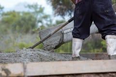 De cementvrachtwagen giet Stock Afbeelding