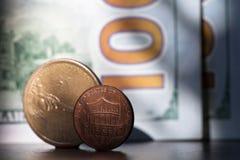 De centmuntstuk van 1 Dollarusd, munt van Verenigde Staten de V.S. Één cent en één dollar stock foto's