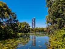 De Central Parkherfst en gebouwenbezinning over het meer in Rheinaue-park in de stad van Bonn royalty-vrije stock afbeeldingen