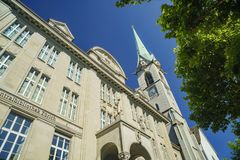De Centrale Bibliotheek en Predigerkirche van Zürich Stock Foto