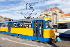 De centrale post van Leipzig Duitsland met het bewegen van tram Stock Fotografie