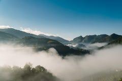 De Centrale Vallei van de zonstijging in de mist stock foto