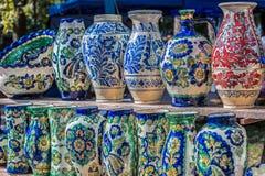 De cerámica tradicional rumano en la forma de los floreros imagen de archivo