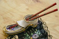 De ceramische schoen typt Chinese stokken royalty-vrije stock afbeeldingen