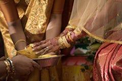 De ceremonie van de bruid bij een Hindoes huwelijk van Ceylonese Stock Foto's