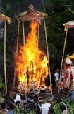De Ceremonie van de crematie: begrafenis brandstapels op brand Stock Afbeelding