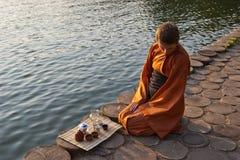 De ceremonie van de thee dichtbij het water Royalty-vrije Stock Fotografie