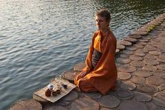 De ceremonie van de thee dichtbij het water Stock Foto's
