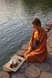 De ceremonie van de thee dichtbij het water Stock Afbeelding