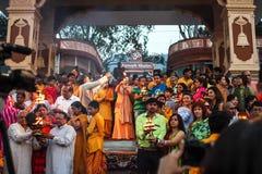 De ceremonie van Gangaaarti in Parmarth Niketan ashram bij zonsondergang Rishikesh is Wereldkapitaal van Yoga, heeft talrijke yog stock foto's