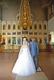 De ceremonie van het huwelijk in christelijke kerk Stock Afbeeldingen