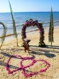 De ceremonie van het huwelijk op een strand Stock Fotografie