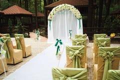 De ceremonie van het huwelijk in openlucht De decoratie van de huwelijksceremonie, mooi huwelijksdecor, bloemen stock foto