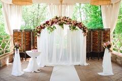 De ceremonie van het huwelijk in openlucht De decoratie van de huwelijksceremonie, mooi huwelijksdecor stock fotografie