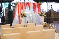 De ceremonie van het huwelijk in openlucht De decoratie van de huwelijksceremonie, mooi huwelijksdecor stock foto